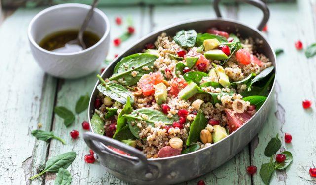 Kvinoa, appelsiini ja avokadosalaatti