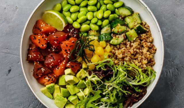 Kvinoa ja tonnikala poke bowl