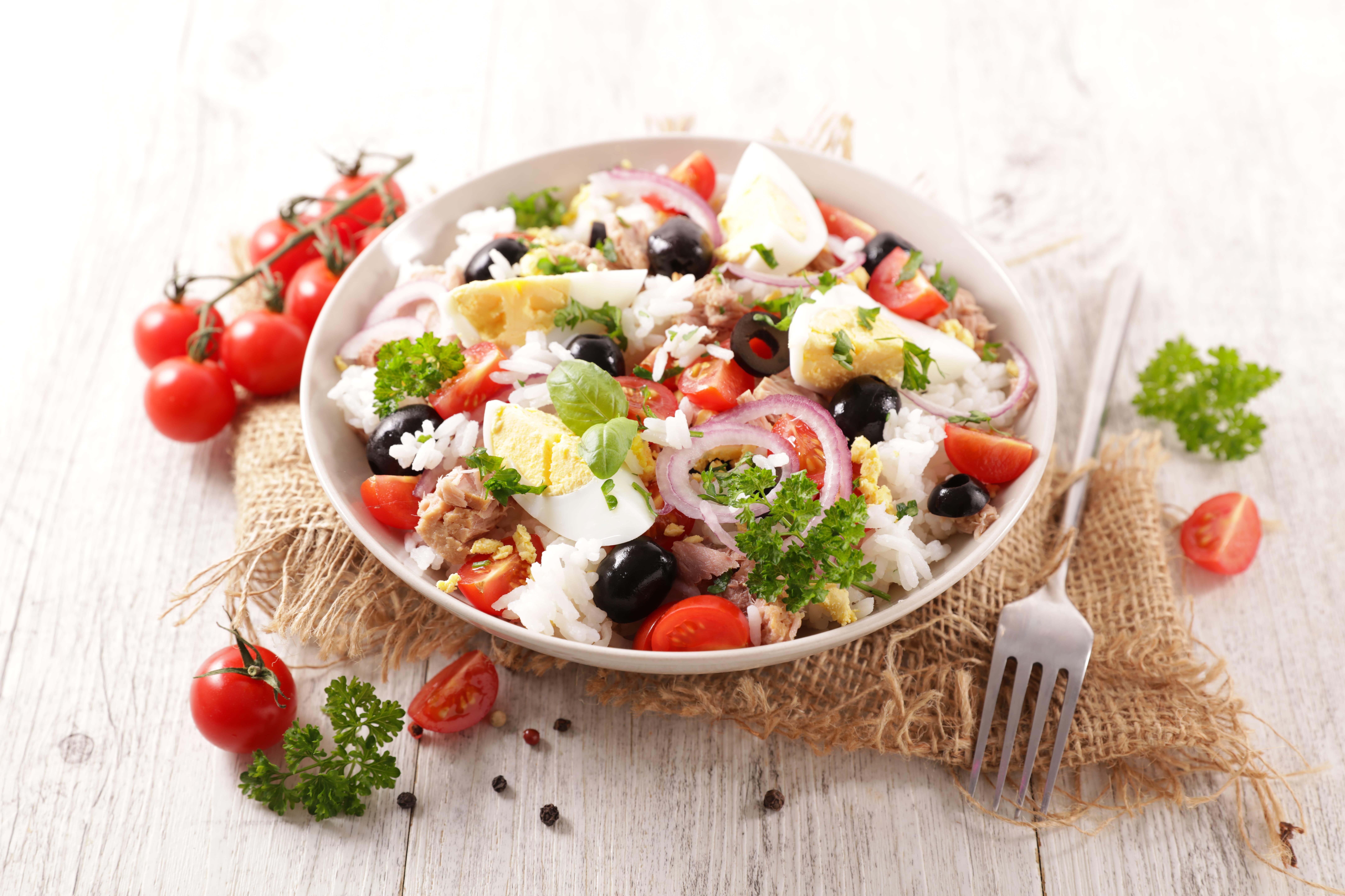 Tonnikala-riisisalaatti